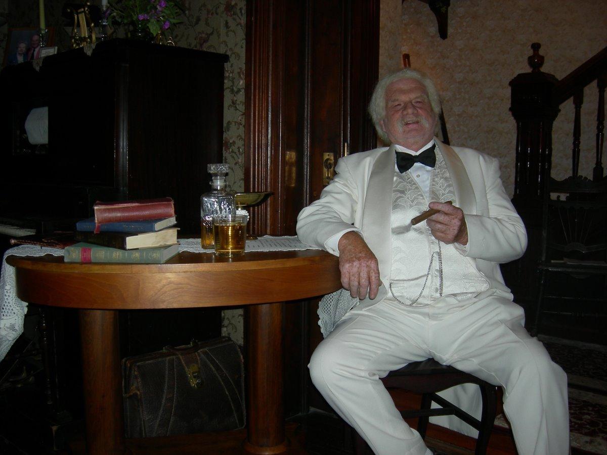 Mark Twain smiling at HCM-op
